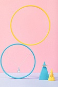 백그라운드, 사람없음, 오브젝트 (묘사), 컬러, 파스텔톤, 도형, 기하학모양, 장난감블록, 블록모양, 실내, 스튜디오촬영, 원뿔, 원형 (이차원모양), 쥬얼리 (액세서리), 반지, 목걸이 (쥬얼리), 진주 (쥬얼리), 액세서리 (인조물건)