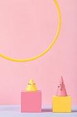 백그라운드, 사람없음, 오브젝트 (묘사), 컬러, 파스텔톤, 도형, 기하학모양, 장난감블록, 블록모양, 실내, 스튜디오촬영, 쥬얼리 (액세서리), 반지, 목걸이 (쥬얼리), 진주 (쥬얼리), 액세서리 (인조물건)