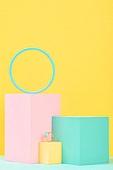 백그라운드, 사람없음, 오브젝트 (묘사), 컬러, 파스텔톤, 도형, 기하학모양, 장난감블록, 블록모양, 실내, 스튜디오촬영, 육면체 (Three-dimensional Shape), 원형 (이차원모양), 쥬얼리 (액세서리), 반지, 액세서리 (인조물건), 원석 (자연현상)