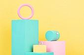 백그라운드, 사람없음, 오브젝트 (묘사), 컬러, 파스텔톤, 도형, 기하학모양, 육면체 (Three-dimensional Shape), 원형 (이차원모양), 장난감블록, 블록모양, 실내, 스튜디오촬영, 반지, 쥬얼리, 목걸이 (쥬얼리), 진주 (쥬얼리), 원통 (Three-dimensional Shape)