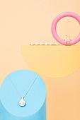 백그라운드, 사람없음, 오브젝트 (묘사), 컬러, 파스텔톤, 도형, 기하학모양,  장난감블록, 블록모양, 실내, 스튜디오촬영, 반지, 쥬얼리, 진주 (쥬얼리), 헤어핀 (헤어액세서리), 목걸이 (쥬얼리), 금속, 원형 (이차원모양)