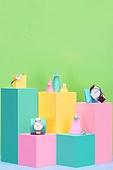 백그라운드, 사람없음, 오브젝트 (묘사), 컬러, 파스텔톤, 도형, 기하학모양, 장난감블록, 블록모양, 실내, 스튜디오촬영, 반지, 쥬얼리, 진주 (쥬얼리), 팔찌, 금속, 원석 (자연현상), 시계, 손목시계, 육면체 (Three-dimensional Shape), 원뿔