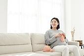 임신 (물체묘사), 미소, 햇빛 (빛효과), 기대 (컨셉), 뜨개질 (움직이는활동), 출산준비 (치료)