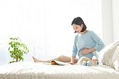 임신 (물체묘사), 미소, 햇빛 (빛효과), 기대 (컨셉), 책, 출산준비 (치료)