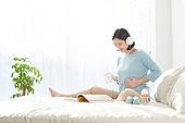 임신 (물체묘사), 미소, 기대 (컨셉), 출산준비 (치료), 책, 헤드폰 (오디오장비), 듣기 (감각사용)