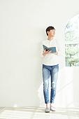 남성, 휴식, 미소, 벽 (건물특징), 기댐, 독서