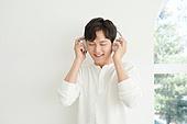 남성, 휴식, 미소, 음악, 듣기 (감각사용)