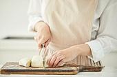 음식재료, 음식준비, 음식준비 (움직이는활동), 요리 (음식상태), 요리하기 (음식준비), 쿠킹클래스, 레시피, 반죽하기, 밀가루, 만두피, 자르기 (움직이는활동), 칼 (무기), 썰기