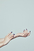사진, 한국인, 동양인 (인종), 성인여자, 사람손, 사람팔, 행동, 손짓, 뷰티, 쥬얼리, 반지, 액세서리 (인조물건), 누끼 (누끼), 부분, 아름다움, 의료성형뷰티, 한명, 손가락, 사람, 실내, 스튜디오촬영, 몸, 손톱 (손가락), 네일아트