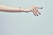 사진, 한국인, 동양인 (인종), 성인여자, 사람손, 사람팔, 행동, 손짓, 뷰티, 쥬얼리, 반지, 팔찌, 액세서리 (인조물건), 누끼 (누끼), 부분, 아름다움, 의료성형뷰티, 한명, 손가락, 사람, 실내, 스튜디오촬영, 몸, 손톱 (손가락), 네일아트