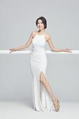 흰색 (색), 드레스, 고급 (컨셉), 멋 (컨셉), 여성, 미소