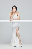 흰색 (색), 드레스, 고급 (컨셉), 멋 (컨셉), 여성, 턱괴기 (만지기)