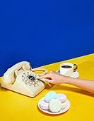 여성 (성별), 사람손 (주요신체부분), 한국인, 행동, 쥬얼리, 액세서리 (인조물건), 아름다움, 의료성형뷰티, 레트로스타일 (컨셉), 뉴트로, 20세기스타일 (스타일), 커피 (뜨거운음료), 머그잔, 커피잔, 아메리카노, 잡기 (물리적활동), 전화기, 수화기, 컬러, 디저트, 마카롱, 네일아트, 손톱 (손가락)