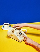 여성 (성별), 사람손 (주요신체부분), 한국인, 행동, 쥬얼리, 액세서리 (인조물건), 아름다움, 의료성형뷰티, 레트로스타일 (컨셉), 뉴트로, 20세기스타일 (스타일), 커피 (뜨거운음료), 머그잔, 커피잔, 아메리카노, 잡기 (물리적활동), 전화기, 수화기, 컬러, 디저트, 네일아트, 손톱 (손가락)