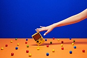 여성 (성별), 사람손 (주요신체부분), 한국인, 행동, 쥬얼리, 액세서리 (인조물건), 아름다움, 의료성형뷰티, 레트로스타일 (컨셉), 뉴트로, 20세기스타일 (스타일), 비디오게임 (전기용품), 사탕 (달콤한음식), 풍선껌 (사탕), 네일아트, 손톱 (손가락)