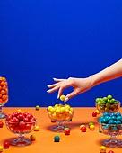 여성 (성별), 사람손 (주요신체부분), 한국인, 행동, 쥬얼리, 액세서리 (인조물건), 아름다움, 의료성형뷰티, 레트로스타일 (컨셉), 뉴트로, 20세기스타일 (스타일), 그릇, 접시, 사탕, 풍선껌 (사탕), 컬러, 잡기 (물리적활동), 네일아트, 손톱 (손가락)