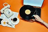 사람손, 손짓, 뷰티, 쥬얼리, 아름다움, 의료성형뷰티, 레트로스타일 (컨셉), 뉴트로, 20세기스타일 (스타일), 손톱 (손가락), 네일아트, 전화기, 수화기, 커피 (뜨거운음료), 레코드판 (워크맨), 턴테이블, 아메리카노