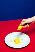 사람손, 사람팔, 뷰티, 쥬얼리, 아름다움, 의료성형뷰티, 손가락, 레트로스타일 (컨셉), 20세기스타일 (스타일), 컬러, 손톱 (손가락), 네일아트, 뉴트로, 달걀, 달걀프라이 (달걀), 매니큐어 (화장품), 붓기 (움직이는활동), 노랑색 (색)