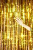 사람손, 사람팔, 뷰티, 쥬얼리, 아름다움, 의료성형뷰티, 손가락, 스튜디오촬영, 레트로스타일 (컨셉), 20세기스타일 (스타일), 컬러, 손톱 (손가락), 네일아트, 뉴트로, 파티, 커튼 (데코르), 금색, 화려 (상태), 즐거움 (컨셉)