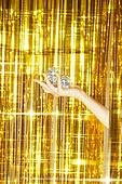 사람손, 사람팔, 뷰티, 쥬얼리, 아름다움, 의료성형뷰티, 손가락, 레트로스타일 (컨셉), 20세기스타일 (스타일), 컬러, 손톱 (손가락), 네일아트, 뉴트로, 파티, 커튼 (데코르), 디스코볼 (조명기구), 즐거움 (컨셉), 금색, 화려 (상태)