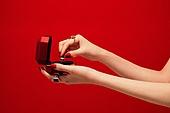 사람손, 사람팔, 뷰티, 쥬얼리, 아름다움, 의료성형뷰티, 손가락, 레트로스타일 (컨셉), 20세기스타일 (스타일), 컬러, 손톱 (손가락), 네일아트, 뉴트로, 빨강, 보석상자 (상자)
