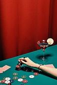한국인, 사람손, 사람팔, 손짓, 뷰티, 쥬얼리, 액세서리 (인조물건), 아름다움, 의료성형뷰티, 레트로스타일 (컨셉), 뉴트로, 20세기스타일 (스타일), 손톱 (손가락), 네일아트, 술 (음료), 포커 (카드게임), 갬블링칩 (레저게임), 레저게임 (레저장비), 도박 (주제), 카지노