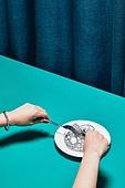 한국인, 사람손, 사람팔, 손짓, 뷰티, 쥬얼리, 액세서리 (인조물건), 아름다움, 의료성형뷰티, 레트로스타일 (컨셉), 뉴트로, 20세기스타일 (스타일), 손톱 (손가락), 네일아트, 식탁용나이프 (커트러리), 포크, 목걸이 (쥬얼리)