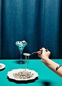 한국인, 사람손, 사람팔, 손짓, 뷰티, 쥬얼리, 액세서리 (인조물건), 아름다움, 의료성형뷰티, 레트로스타일 (컨셉), 뉴트로, 20세기스타일 (스타일), 손톱 (손가락), 네일아트, 포크, 목걸이 (쥬얼리)