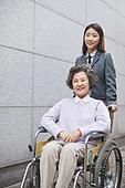 한국인, 노인 (성인), 노인여자 (성인여자), 노인건강 (실버라이프), 실버라이프, 도움의손길, 휠체어, 할머니 (조부모)