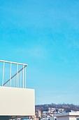 빛 (자연현상), 백그라운드, 햇빛, 사람없음, 실외, 야외계단 (계단), 발코니 (건축특징), 지붕 (건물특징), 하늘, 도시, 마을