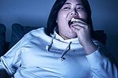 군것질, 야식, 패스트푸드 (테이크아웃), 먹기, 과식 (먹기), 배고픔, 비만, 비만 (건장한체격), 케이크 (달콤한음식), 케이크조각 (케이크)