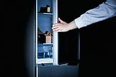 군것질, 야식, 배고픔, 군것질 (Food And Drink), 냉장고, 냉장고 (주방가전제품), 사람손 (주요신체부분), 사람손