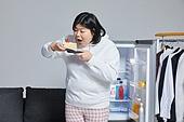 군것질, 야식, 패스트푸드 (테이크아웃), 먹기, 과식 (먹기), 배고픔, 비만, 비만 (건장한체격), 케이크 (달콤한음식), 케이크조각 (케이크), 냉장고