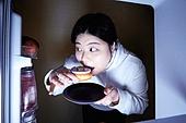 군것질, 지방, 야식, 먹기, 먹기 (입사용), 과식 (먹기), 폭식증 (섭식장애), 배고픔 (물체묘사), 냉장고, 도넛, 도넛 (달콤한음식), 몰래하기 (컨셉)