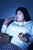 군것질, 야식, 패스트푸드 (테이크아웃), 먹기, 과식 (먹기), 배고픔, 비만, 비만 (건장한체격), 케이크조각 (케이크), 후라이드치킨 (닭고기), 배고픔 (물체묘사)