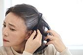 중년여자 (성인여자), 흰머리 (머리카락색), 머리염색하기 (헤어케어), 노화 (컨셉), 스트레스, 불만