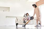 거실, 엄마, 딸, 진공청소기 (클리닝도구), 세대차이, 불만, 짜증 (컨셉), 방해 (물리적활동), 장난치기 (감정), 화