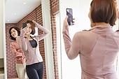 거실, 엄마, 딸, 거울, 포즈취하기 (사진촬영), 세대차이, 짜증 (컨셉), 엿보기 (응시)