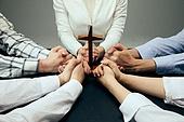 종교, 기독교, 기도 (커뮤니케이션컨셉), 찬양, 감사, 감사기도, 성경말씀 (기독교용어), 선교사 (역할), 회개, 성경 (성서), 여러명[3-5] (사람들), 사람손 (주요신체부분), 행동 (모션), 천주교, 십자가