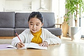 소녀, 거실, 공부 (움직이는활동), 자율학습, 미소