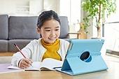 어린이 (나이), 소녀, 공부 (움직이는활동), 디지털, 교과서, 미소