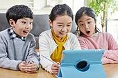 어린이 (나이), 공부 (움직이는활동), 디지털, 교과서, 미소, 놀람 (컨셉)