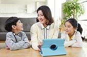 어린이 (나이), 공부 (움직이는활동), 디지털, 교과서, 미소, 교사 (교육직)