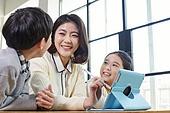 어린이 (나이), 공부 (움직이는활동), 디지털, 교과서, 미소, 밝은표정, 교사 (교육직)
