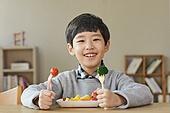 어린이 (나이), 채소, 먹기, 건강식 (Food And Drink), 미소, 밝은표정