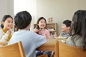 어린이 (나이), 채소, 먹기, 건강식 (Food And Drink), 미소, 밝은표정, 즐거움, 대화