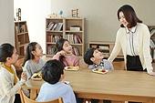 어린이 (나이), 채소, 먹기, 건강식 (Food And Drink), 미소, 밝은표정, 즐거움, 대화, 여성, 교사 (교육직)