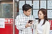 부동산, 상점, 30대 (장년), 남성, 걱정 (어두운표정), 여성, 신혼부부, 스마트폰, 비교