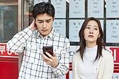 부동산, 상점, 30대 (장년), 남성, 걱정 (어두운표정), 여성, 신혼부부, 스마트폰, 비교, 절망 (슬픔)