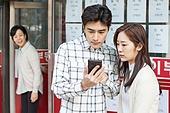 부동산, 중개인 (판매업), 상점, 30대 (장년), 남성, 걱정 (어두운표정), 스마트폰, 인터넷서핑 (격언)